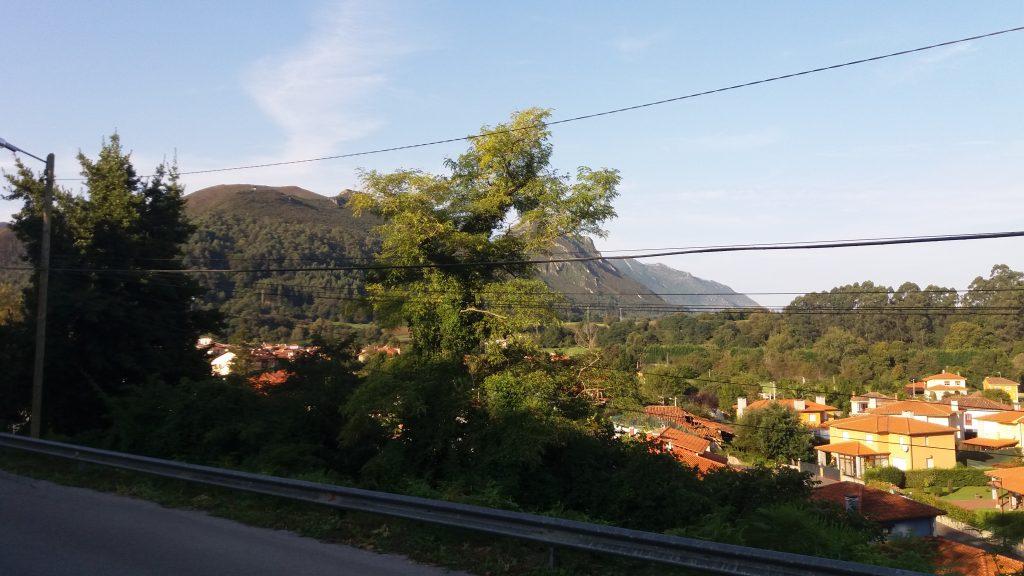 Im Bus fliegt der Camino an uns vorbei